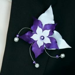 Broche boutonniere fleur et perles blanc violet BRO360B