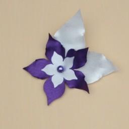 Broche ou boutonnière mariage fleur blanc violet BRO360b