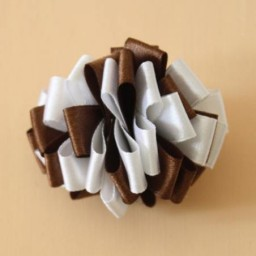 Noeud mariage sur chouchou blanc et chocolat AC1003A