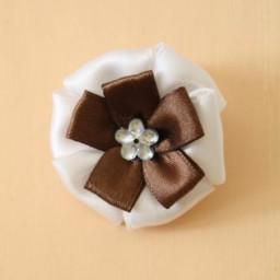 Noeud mariage sur chouchou blanc et chocolat AC1004A
