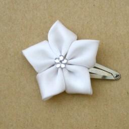 Pince à cheveux fleur blanche satin PIA340