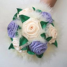 Bouquet de fleurs ivoire et parme et plumes ivoire BF1003A
