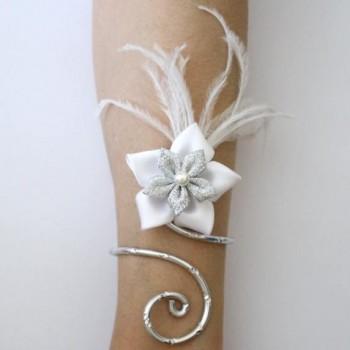 bracelet mariage aluminium argent cisel fleur satin blanche et argent et plumes bra340 b abijoux. Black Bedroom Furniture Sets. Home Design Ideas