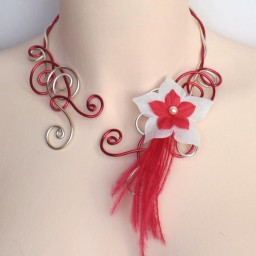Collier mariage rouge champagne + fleur + plumes COA319